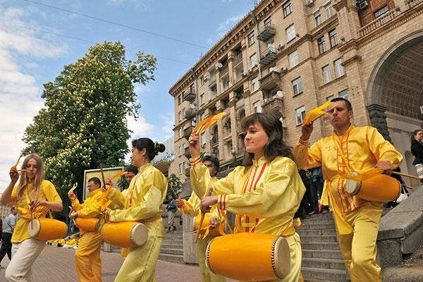 Парад китайской культуры на День Фалунь Дафа в Киеве