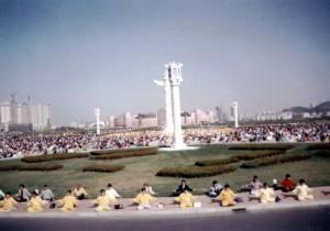 Китайцы выполняют упражнения Фалуньгун. Город Далянь в китайской провинции Ляонин. Май 1998 г.