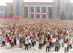 Китайцы выполняют упражнения Фалуньгун.