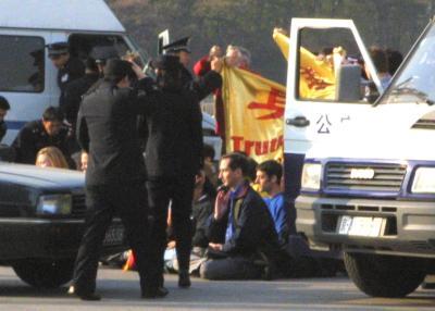 Арест за плакат с иероглифами «истина доброта терпение». 20 ноября 2001 г. Пекин
