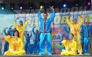Практикующие Фалуньгун в России. Выполнение упражнений на «Марафоне здоровья-2012».