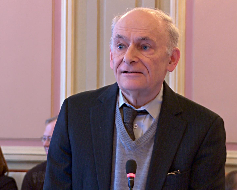 Адвокат Дэвид Мэйтас зачитывает доклад на круглом столе Комитета Верховной Рады Украины по вопросам охраны здоровья